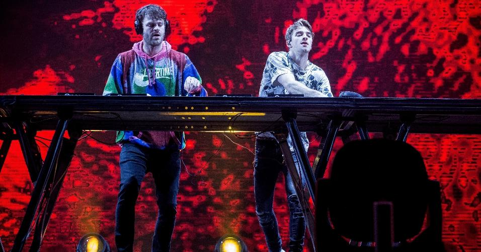 O duo de DJs The Chainsmokers fecharam a primeira noite do Lollapalooza no palco Axe, no autódromo de Interlagos