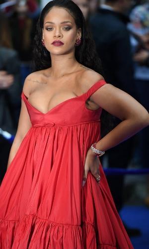 Rihanna apostou no total vermelho para evento em Londres