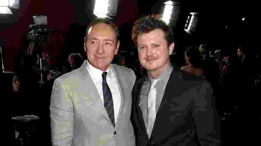 """Kevin Spacey posa com o criador de """"House of Cards"""", Beau Willimon, durante exibição da série em Los Angeles - Kevin Winter/Getty Images"""