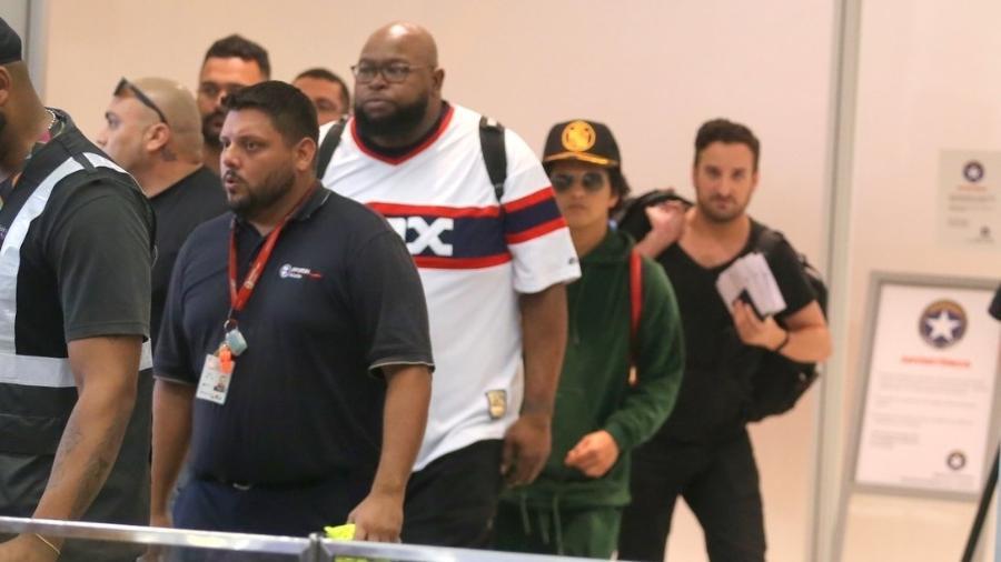 Bruno Mars chega ao Brasil cercado por seguranças - AgNews