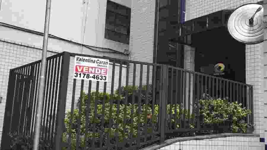 No destaque, placa de venda na sede da Rede CNT em São Paulo - Canal 1