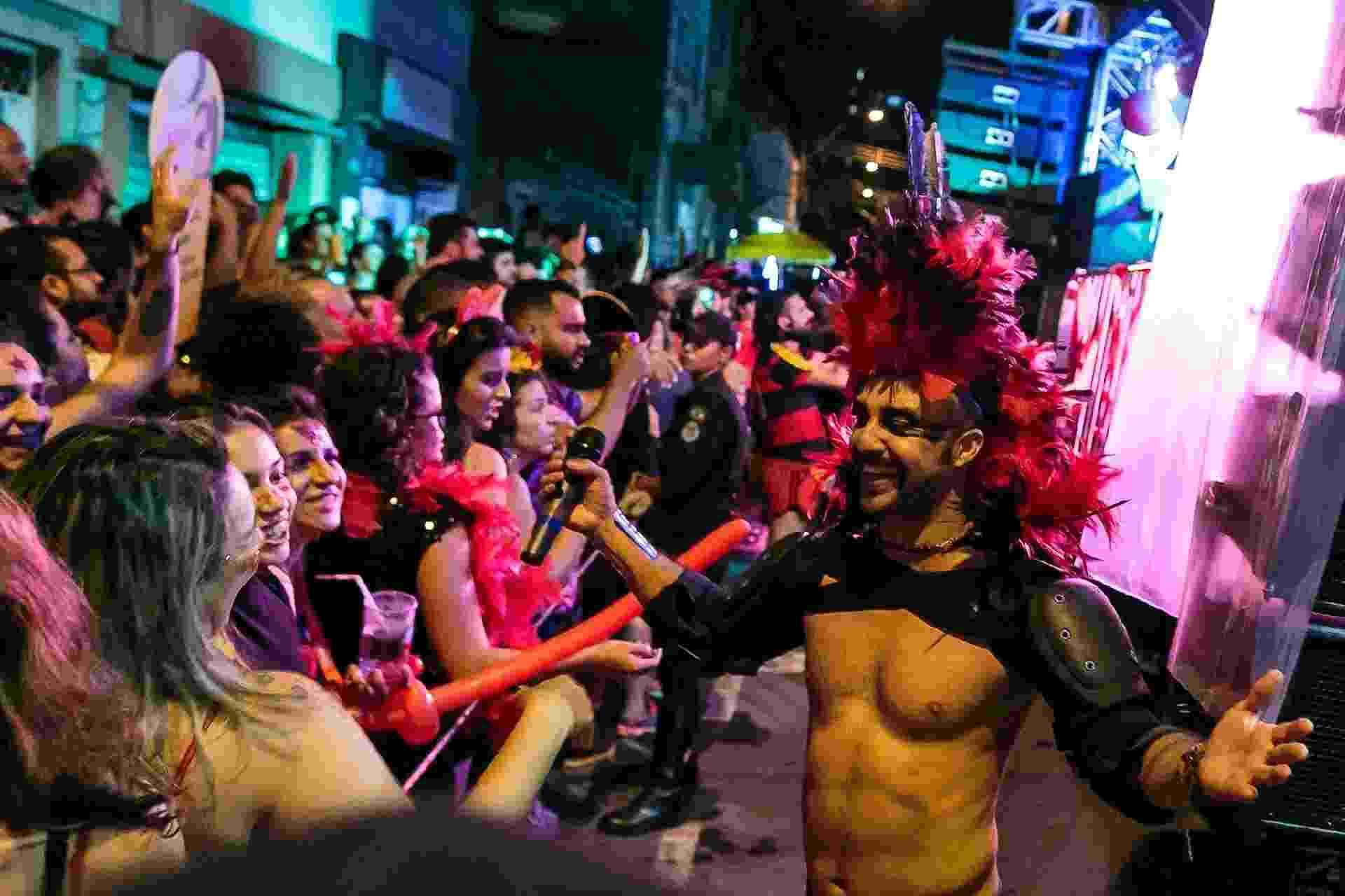 Com seu som definido como uma mistura de axé, rock, pop e macumba, o bloco Roda de Timbau desfilou pelas ruas do bairro Floresta, em Belo Horizonte, na noite desta quinta (8) - Julia Lanari/Divulgação