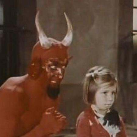 """O meme do Diabo com a criança é uma cena do filme """"Santa Claus"""" - Reprodução"""