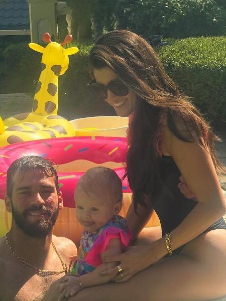 Alisson com a mulher, Natália, e a filha, Helena - Reprodução/Instagram