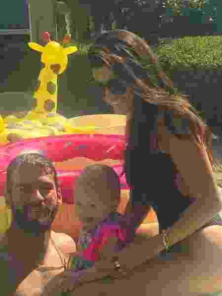 Goleiro Alisson curte piscina com mulher e filha