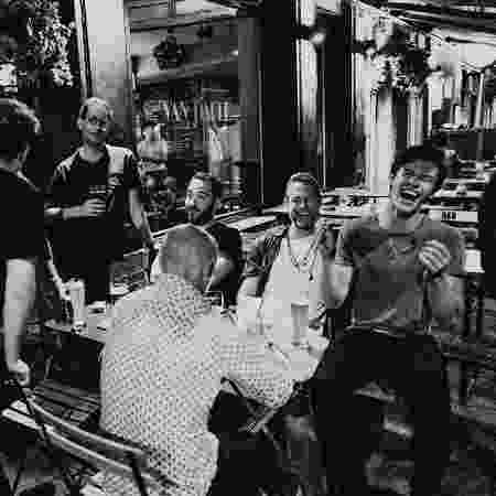 Shawn Mendes comemora aniversário de 20 anos no bar com amigos - Reprodução/Instagram