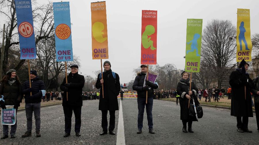 "Manifestantes seguram cartaz em ""marcha pela vida"" em Paris  - Geoffroy Van Der Hasselt"