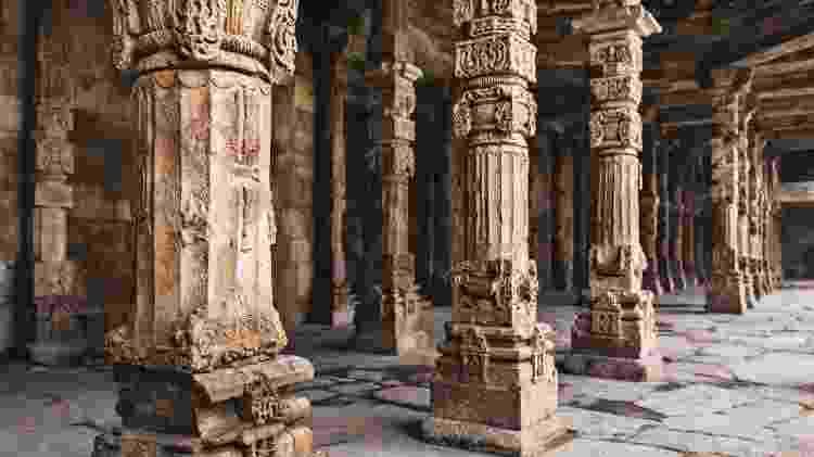 Colunas de construção no Qutb, na Índia - iStock