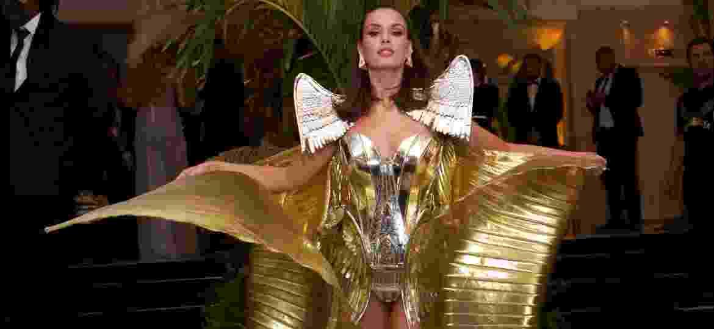 """Camila Queiroz usa fantasia dourada para baile """"Abra suas Asas"""", no Copacabana Palace - Roberto Filho/Brazil News"""
