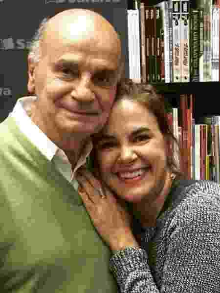 A jornalista Mariana Varella é abraçada pelo pai, o médico Drauzio Varella - Reprodução/Instagram