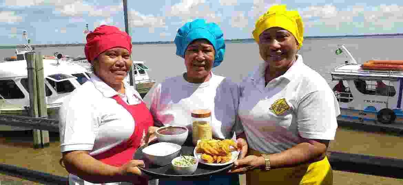 Dona Osvaldina (no centro) com as filhas: saber gastronômico passado de geração a geração  - Luciana Cavalcante/UOL