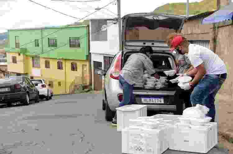 Entrega de marmitas no projeto Lá Da Favelinha durante a pandemia - Divulgação - Divulgação