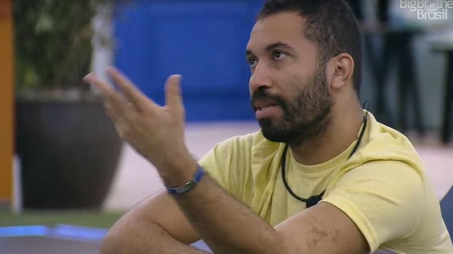 BBB 21: Gilberto conversa com Fiuk na área externa - Reprodução/ Globoplay