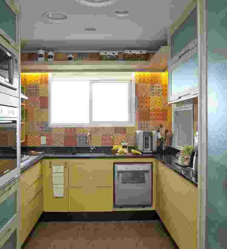 Nesta cozinha, os profissionais propuseram um azulejo colorido, que remete ao visual do ladrilho hidráulico, para evidenciar o amarelo da marcenaria - Luis Gomes - Luis Gomes