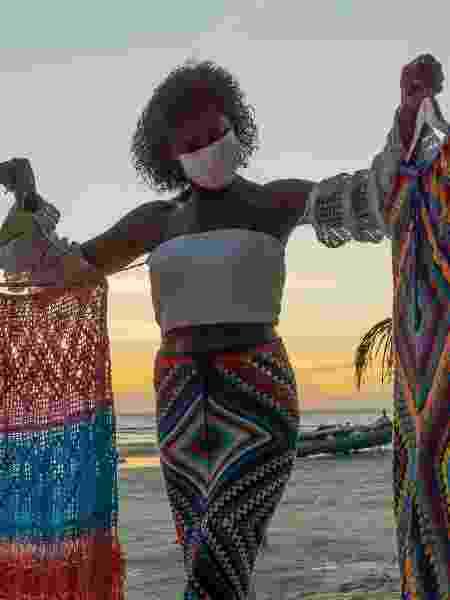Vanda segura duas saias de crochê. O modelo à esquerda é o mais famoso entre os seus produtos - Hugo Oliveira - Hugo Oliveira