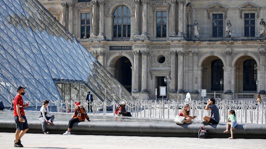 Turistas na frente do Museu do Louvre, na França - Getty Images