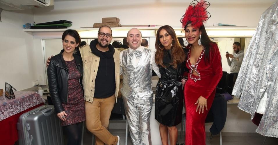 26.jun.2015 - Ao centro, o ator Tiago Adorno recebe amigos no camarim na estreia de seu espetáculo