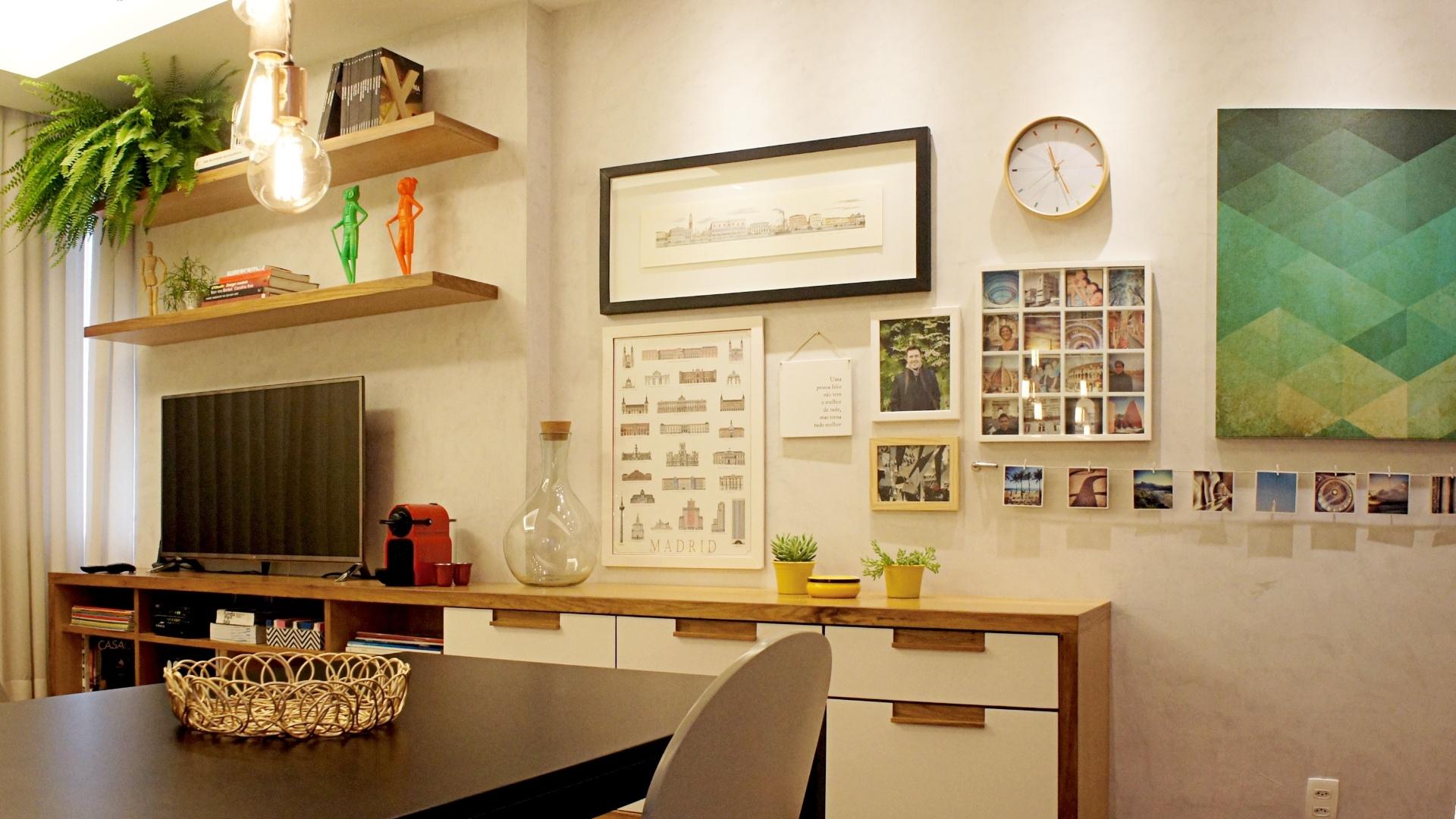O ponto alto do apartamento em Copacabana, idealizado pelo arquiteto Fabiano Ravaglia do escritório Ravaglia & Philot, é a marcenaria (Hipólito Marcenaria) executada sob projeto. O móvel linear valoriza o caráter longilíneo da sala. Multiuso, tem estrutura em freijó com portas e frentes de gavetas laqueadas. Um cantinho foi reservado para a galeria que reúne quadros e fotos (à dir.). Destaque para o varal de cabo de aço e para as molduras desmontáveis, que permitem a mudança das obras sempre que desejado
