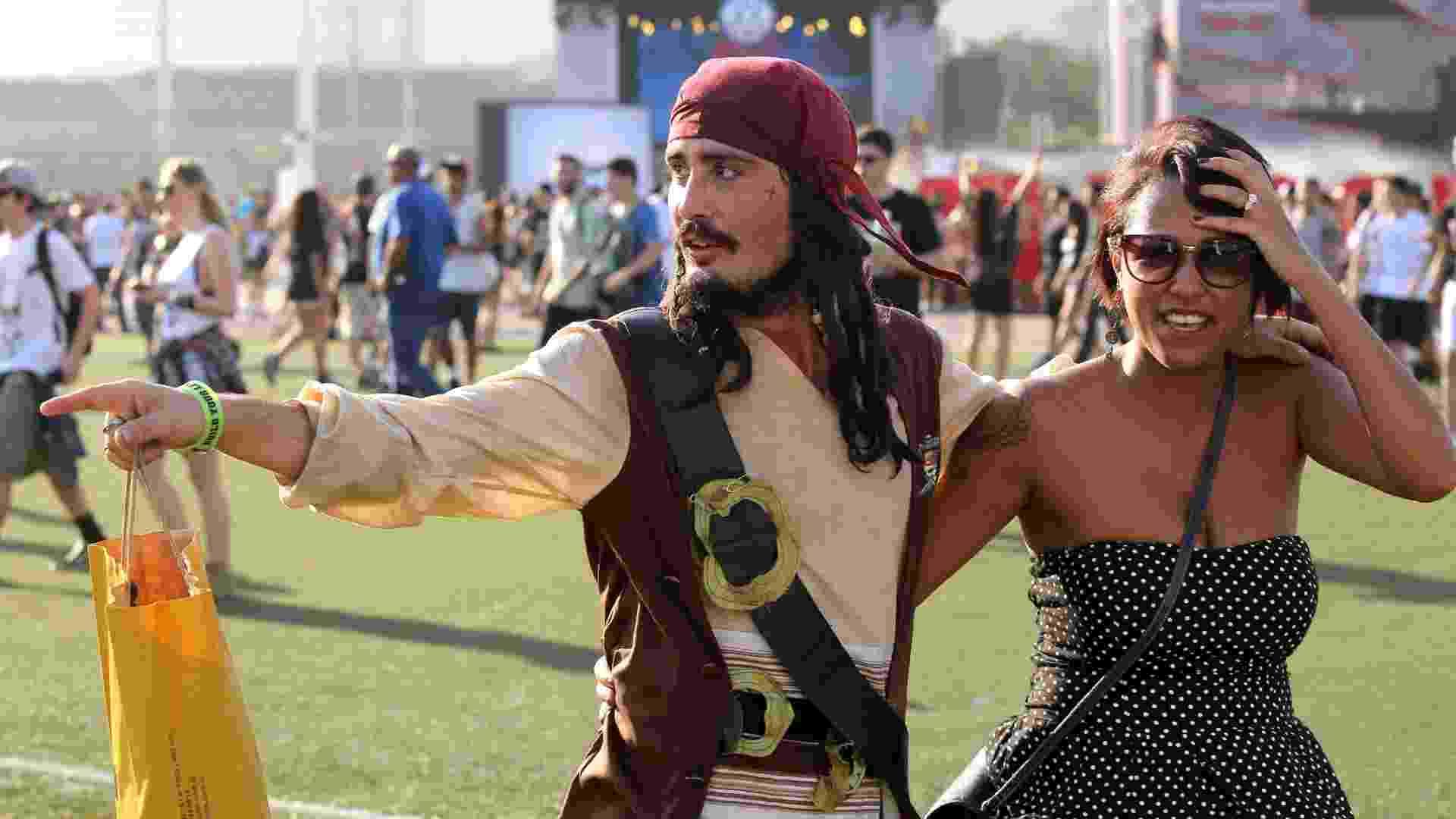 """24.set.2015 - Mais um sósia do ator norte-americano Johnny Depp na pele do capitão Jack Sparrow de """"Piratas do Caribe"""" - Fernando Maia/UOL"""