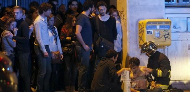 13.nov.2015 - Polícia socorre feridos na casa de shows Bataclan, em Paris, durante show da banda Eagles of Death Metal; local foi alvo de ataques - Reuters