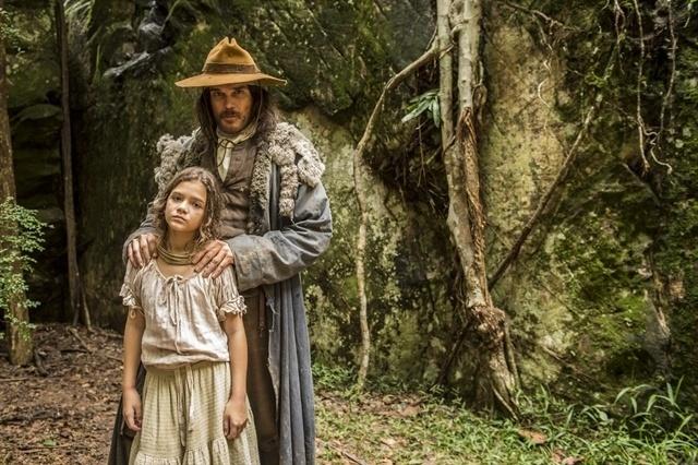 """Joaquina (Mel Maia ) e Raposo (Dalton Vigh) em """"Liberdade, Liberdade"""". A filha de Tiradentes será criada por ele após ficar orfã"""