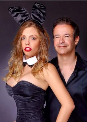 """Vice-presidente e publisher da nova """"Playboy"""", André Sanseverino posa para foto com a coelhinha Rafaela Prado - Divulgação"""