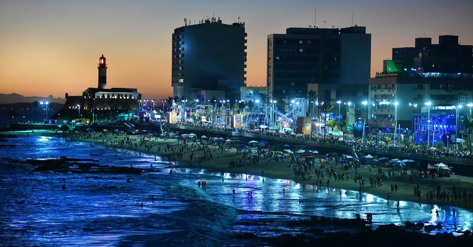 6.fev.2016 - Vista do anoitecer na praia e farol da Barra, em Salvador, que recebe os trios no circuito Barra-Ondina