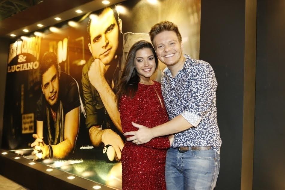 7.fev.2015 - Michel Teló e sua mulher, Thais Fersoza, no camarote É o Amor, da dupla Zezé di Camargo & Luciano, na Sapucaí