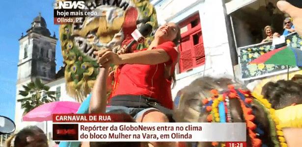 Repórter da Globo News entra no clima de Carnaval e sobe em vara em Olinda (PE)