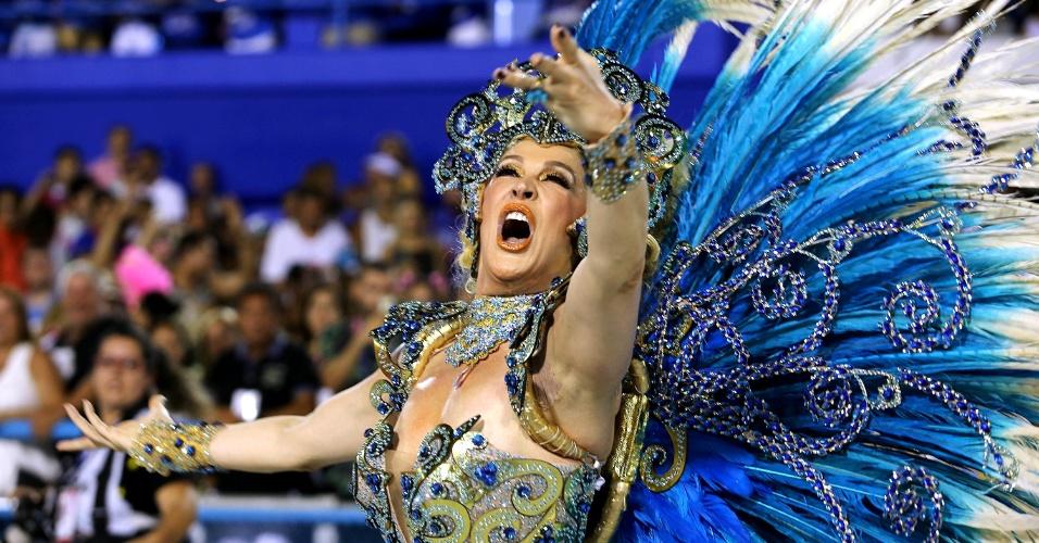 8.fev.2016 - Madrinha da escola, a atriz Cláudia Raia comemorou 30 anos desfilando pela Beija-Flor.