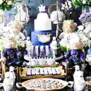 Para deixar o visual da mesa chique e clássico, a Celebration By Dip en Dap optou por tons de azul marinho e dourado para compor a decoração do chá de bebê do filho da atriz Thaís Pacholek e do sertanejo Belutti. Como a parede da sala do casal é cinza chumbo, foram utilizadas flores brancas na mesa, como rosas, gipsofilas, também conhecidas como mosquitinhos, astromélias e boca-de-leão - Thalita Castanha/Divulgação