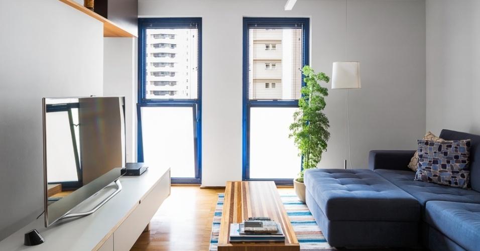 No apartamento paulistano, a escolha dos revestimentos buscou a neutralidade como estratégia para valorizar a arquitetura existente. As paredes brancas evidenciam as esquadrias azuis com formato incomum e o piso de madeira. A reforma no imóvel foi projetada pelo arquiteto Takuji Nakashima