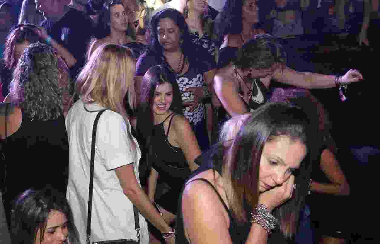 16.jul.2016 - Atriz Camila Queiroz dança até o chão no Baile da Favorita - Reginaldo Teixeira/CS Eventos Divulgação