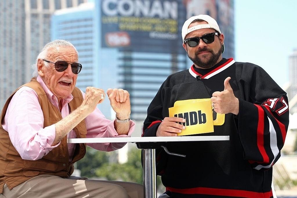22.jul.2016 - A lenda dos quadrinhos Stan Lee (esquerda) participa de programa do IMDb com o apresentador Kevin Smith
