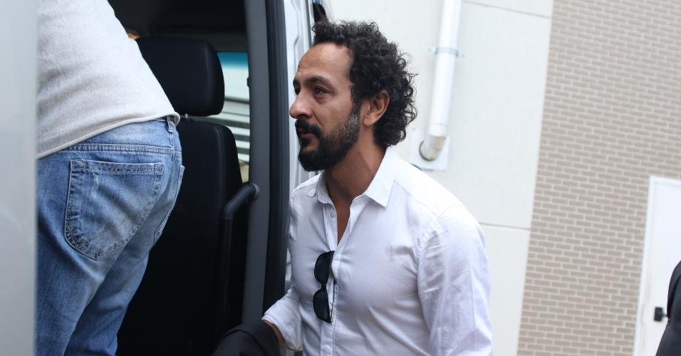 """17.set.2016 - O ator Irandhir Santos que vive o Bento em """"Velho Chico"""" esteve no velório de Domingos Montagner"""