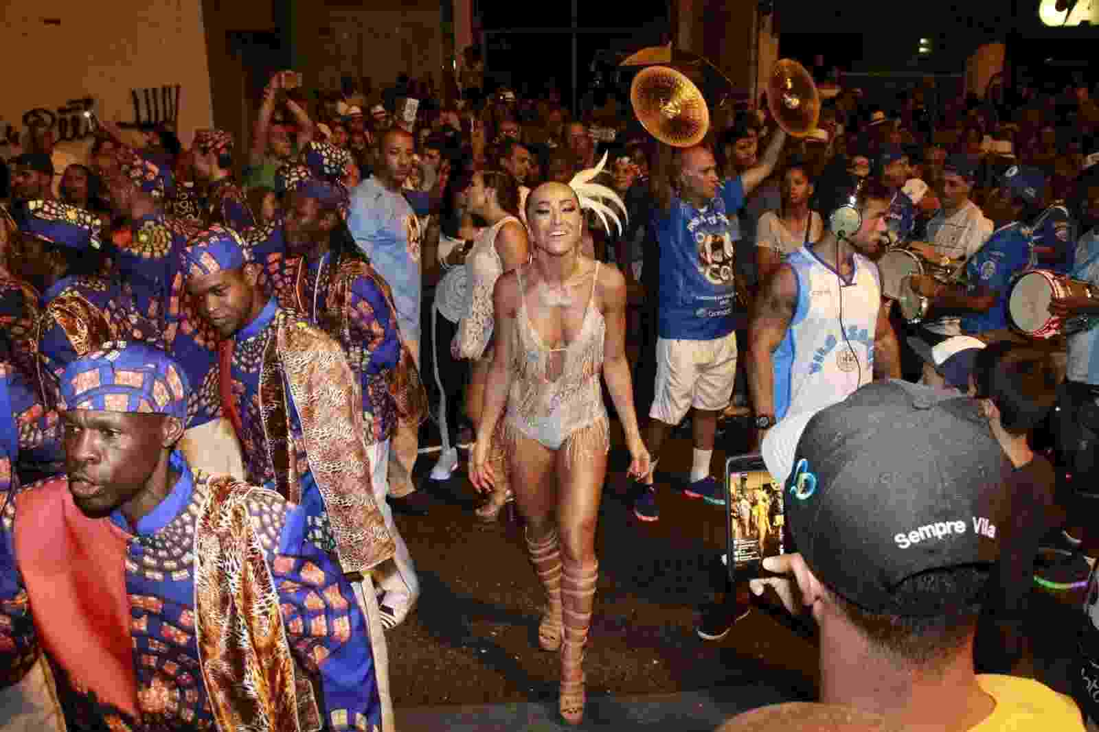 19.fev.2017 - A rainha de bateria da Vila Isabel, Sabrina Sato, deu um show de carisma no último ensaio de rua da escola antes do desfile oficial do Carnaval 2017 - Marcos Ferreira / Brazil News