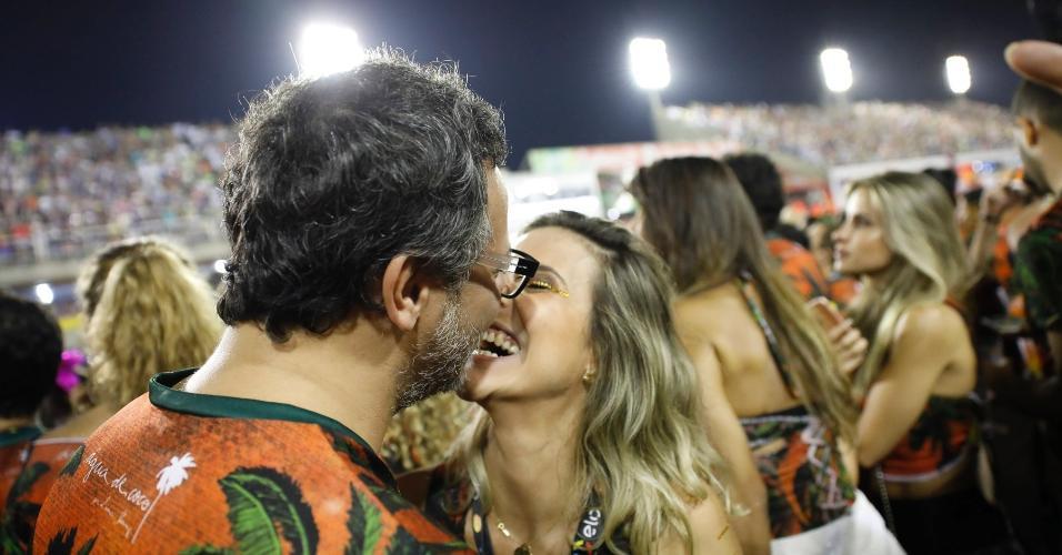 O ator Danton Mello beija muito em camarote de Carnaval