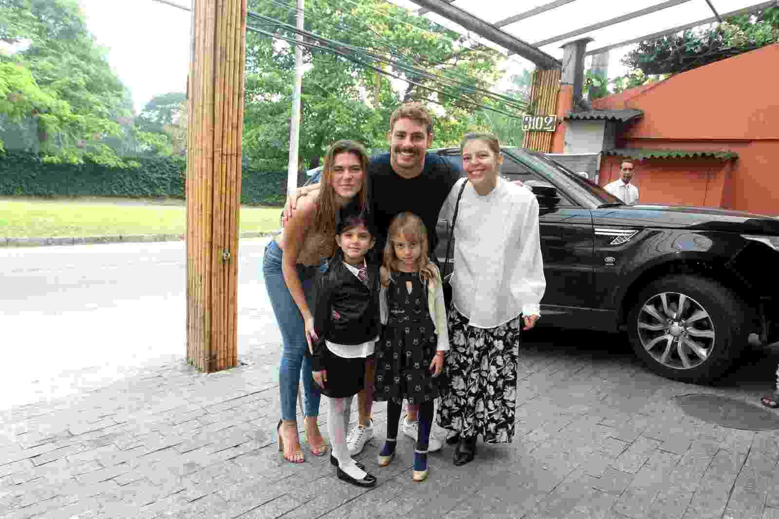 Cauã Reymond e a namorada, Mariana Goldfarb, chegam para a festa de cinco anos da filha do ator, no Rio - Marcello Sá Barretto/AgNews