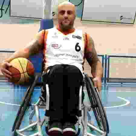 Ademar tornou-se atleta profissional e hoje joga basquete na cadeira de rodas - Arquivo pessoal