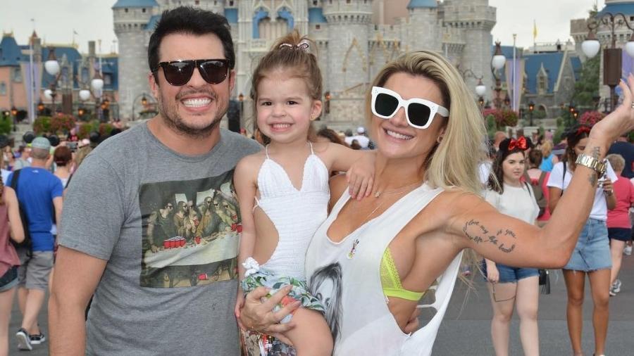 Ceará e Mirella Santos com a filha, Valentina, na Disney - Reprodução/Instagram
