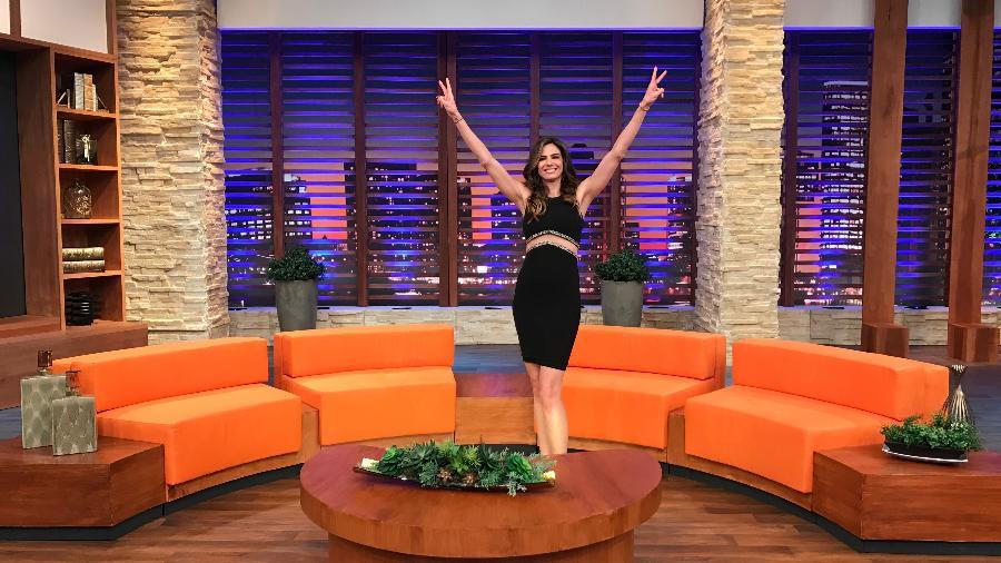 """Luciana Gimenez no novo cenário de seu talk show, """"Luciana By Night"""" - Divulgação/RedeTV!"""