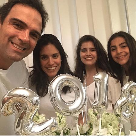 Tadeu Schmidt com a mulher, Ana Cristina, e com as filhas, Valentina e Laura - Reprodução/Instagram/tadeuschmidt