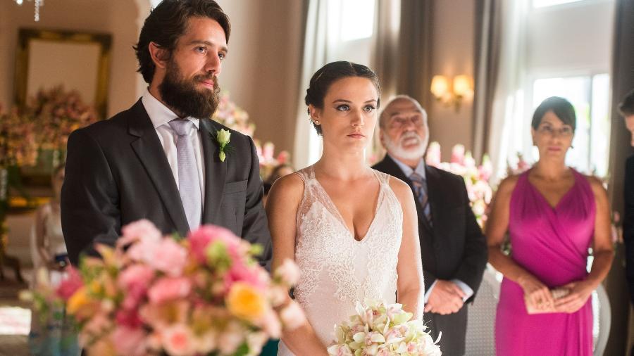 """Clara (Bianca Bin) e Renato (Rafael Cardoso)  na cerimônia de casamento em """"O Outro Lado do Paraíso"""" - Raquel Cunha/Globo"""
