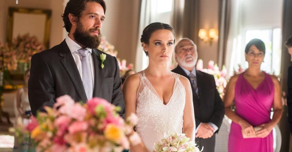 """Clara (Bianca Bin) e Renato (Rafael Cardoso)  na cerimônia de casamento em """"O Outro Lado do Paraíso"""""""
