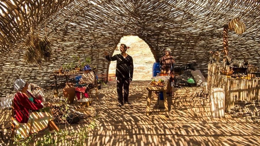 Irandhir Santos em cenário de nova série da Globo construído com cano de PVC   - Estevam Avellar/TV Globo
