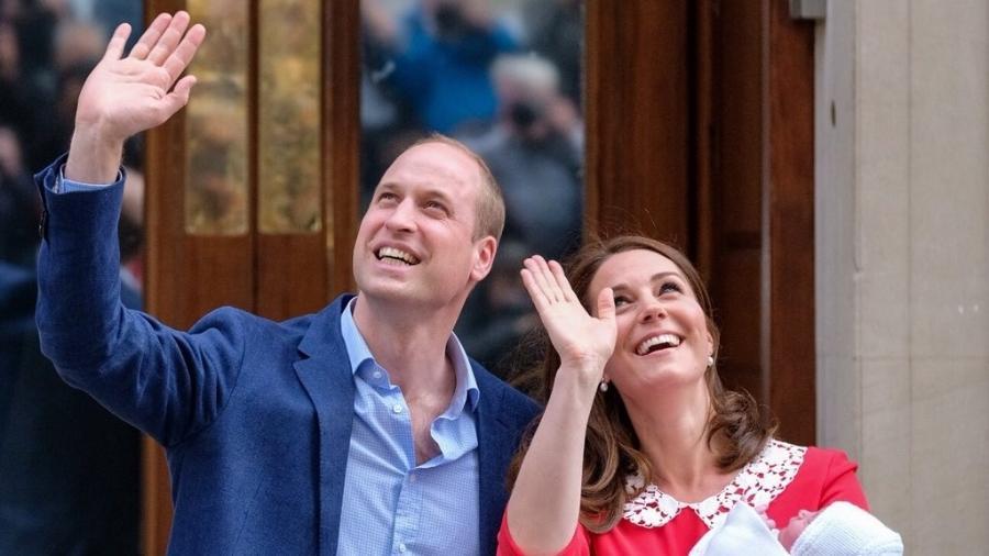 Kate Middleton e príncipe William acenam na saída do hospital - Reprodução/Twitter/Kensington Palace