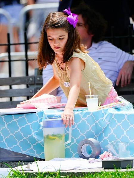 Suri Cruise vende limonada na Parada Gay de Nova York - Reprodução/Instagram/suricruise_fans