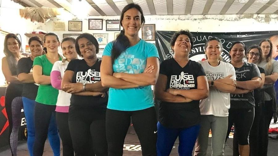 """Erica Paes (centro) e alunas do programa """"Eu Sei Me Defender"""" - Reprodução/Instagram"""