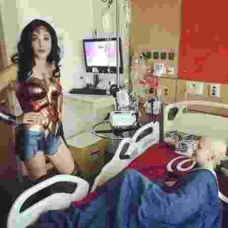 Gal Gadot visita crianças com câncer em hospital - Reprodução/Twitter - Reprodução/Twitter