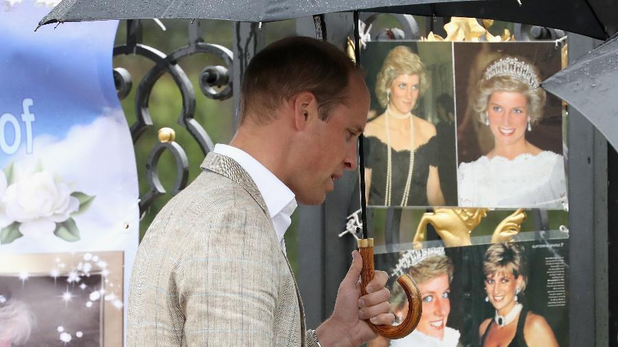 Príncipe William vê fotos de Diana em seu memorial - Getty Images